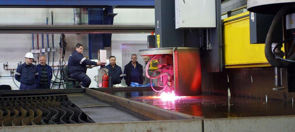 Foto: El astillero ferrolano de Navantia ha ejecutado el corte de la primera chapa de acero para el flotel del Pemex. (EFE)