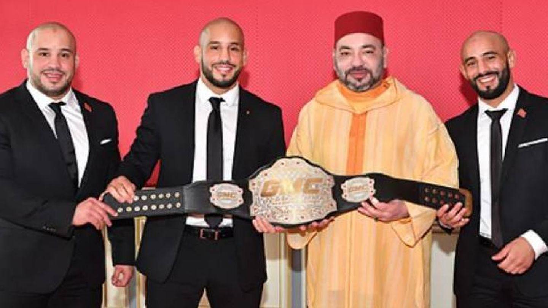 Los hermanos Azaitar, con el rey de Marruecos. (MAP)
