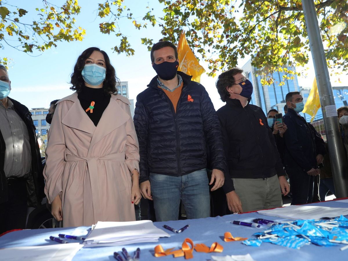 Foto: Pablo Casado (c), junto con Isabel Díaz Ayuso (i) y José Luis Martínez-Almeida (d), en la manifestación de ayer en Madrid. (EFE)