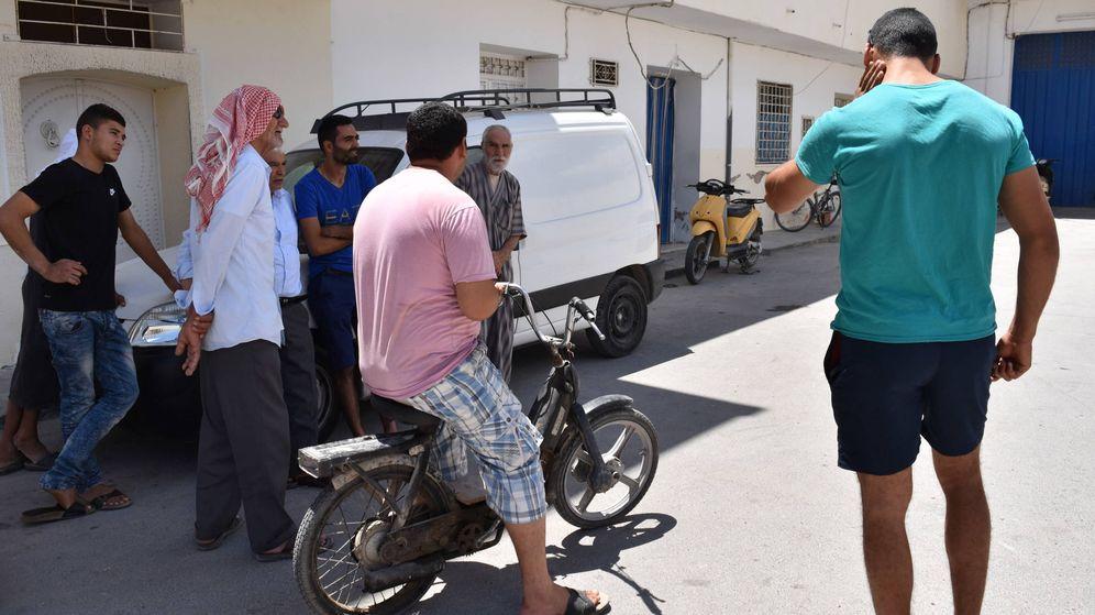 Foto: El hermano de Mohamed Lahouaiej Bouhlel (camiseta verde) junto a unos vecinos frente a la casa de la familia en M'saken (Túnez). L.J.V.