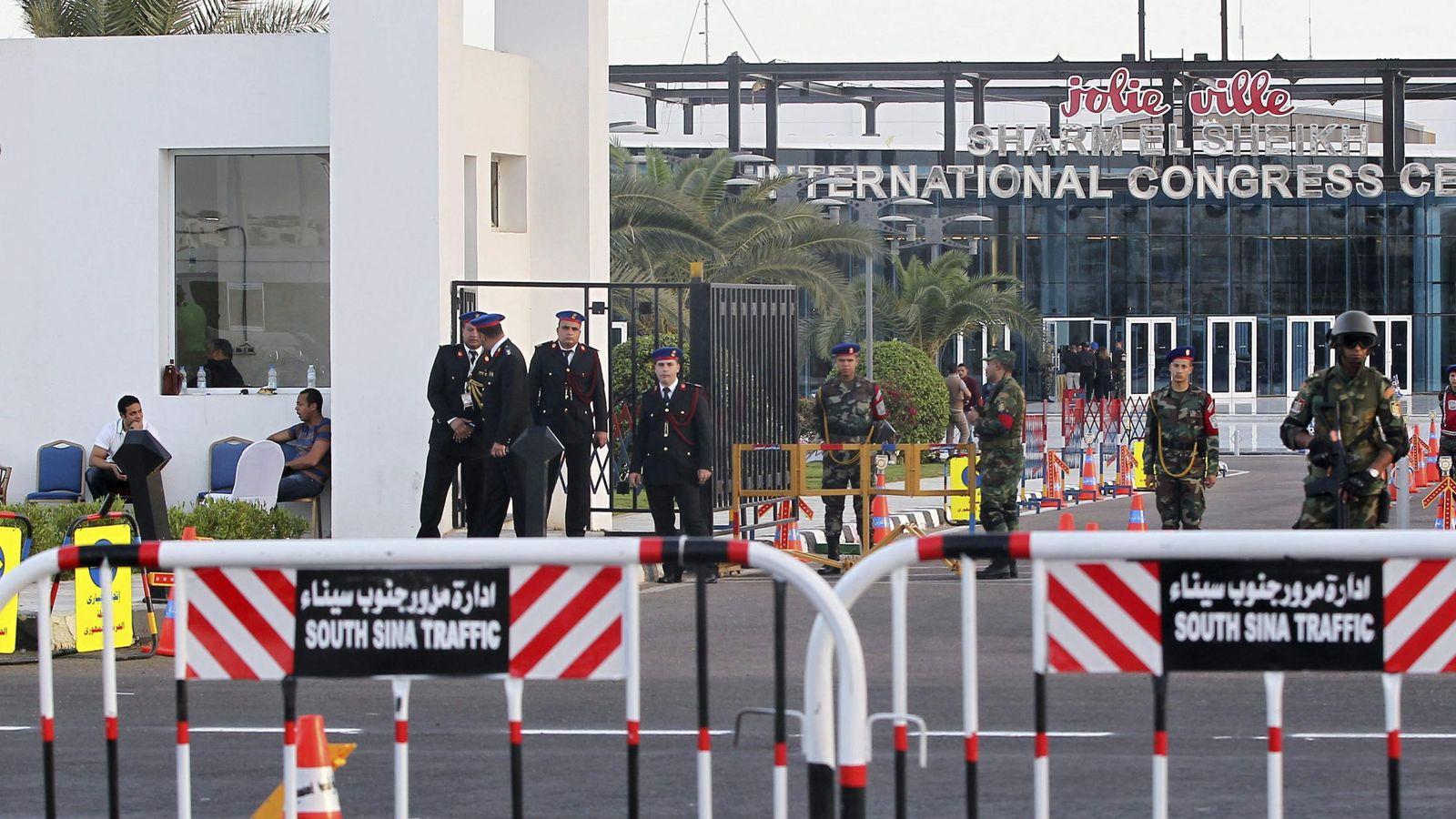 Foto: Miembros de las fuerzas armadas egipcias custodian las instalaciones donde se celebra la reunión de Liga Árabe. (Efe)