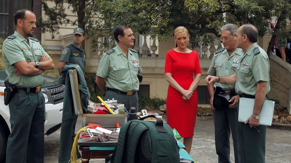 Foto: Cristina Cifuentes, con miembros de la Guardia Civil.