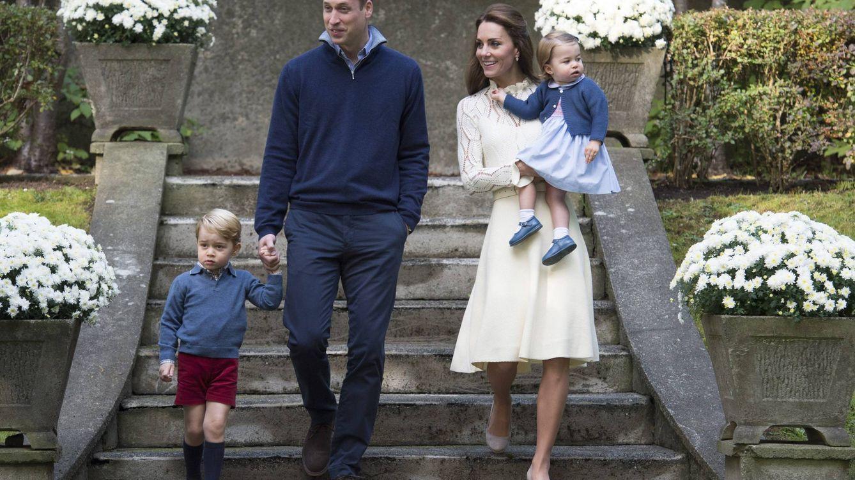 Foto: Los duques de Cambridge junto a George y Charlotte (EFE)