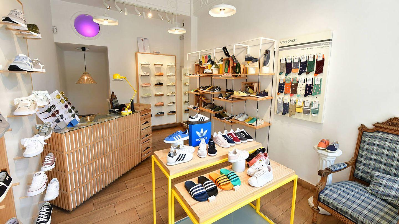 Luz, color y muchas zapatillas cool. Así es el interior de Amor Shoes. (Cortesía)