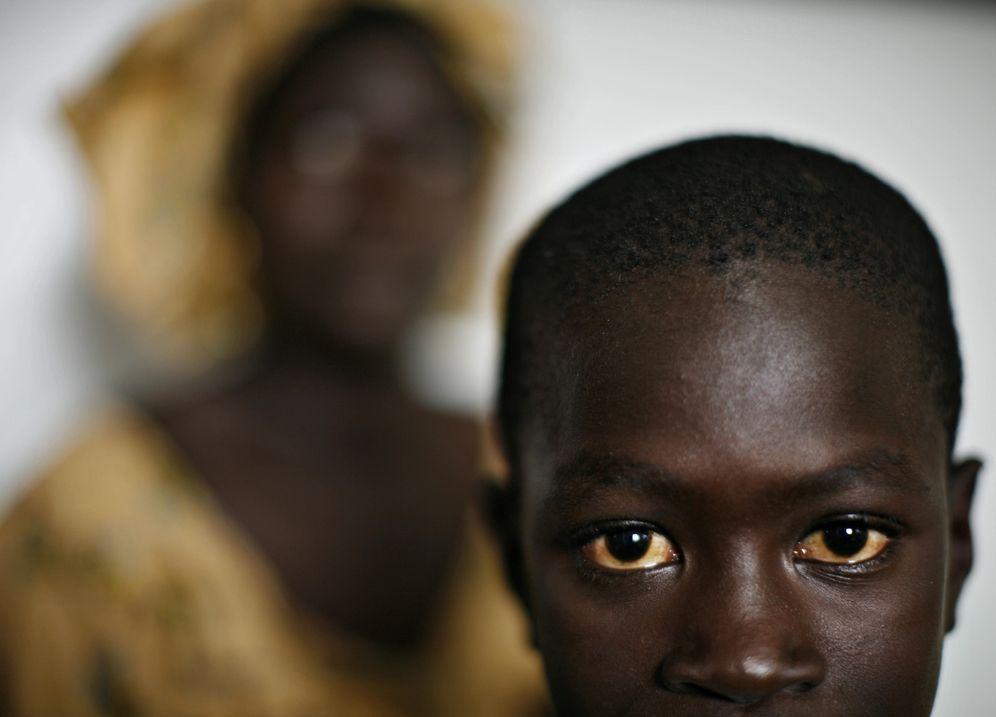 Foto: Abdoulaye Faye, de 11 años, frente a su madre, que pertenece a una asociación que intenta que los jóvenes no emigren a Europa, en Dakar (Reuters).