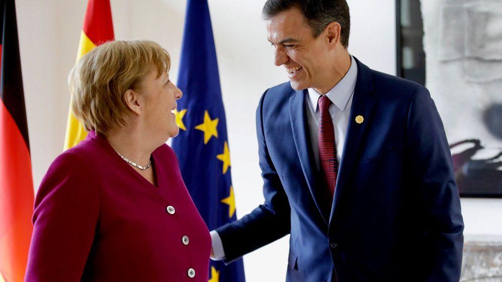 Foto: El presidente de España, Pedro Sánchez, conversa con la canciller de Alemania, Angela Merkel. (EFE)