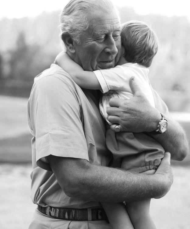 Foto: El príncipe Carlos, con su nieto. (Clarence House)