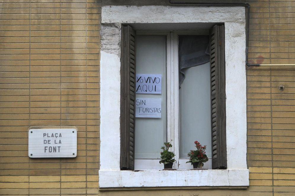 Foto: Un cartel en la ventana de un piso del barrio de La Barcelona avisa a los turistas de que se trata de una vivienda particular y no de un apartamento turístico. (EFE)