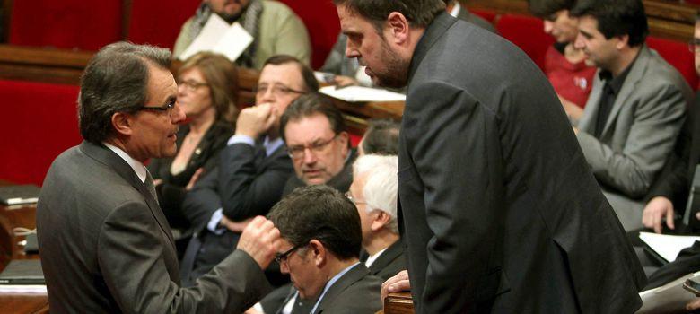 Foto: El líder de CiU, Artur Mas (i), junto al presidente de ERC, Oriol Junqueras (d), hablan en un pleno (EFE)