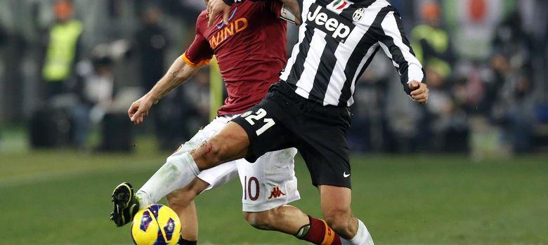 Foto: Totti pelea el balón con Pirlo el pasado mes de febrero (Reuters).