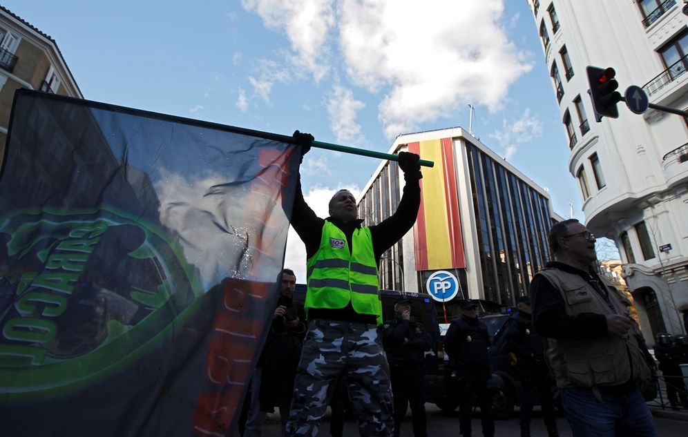 Foto: Concentración de taxistas frente a la sede del PP (Foto: EFE)