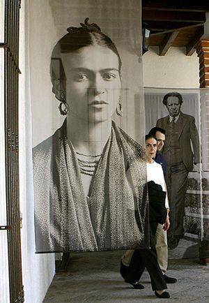 El museo Frida Kahlo expone 200 fotografías de la pintora