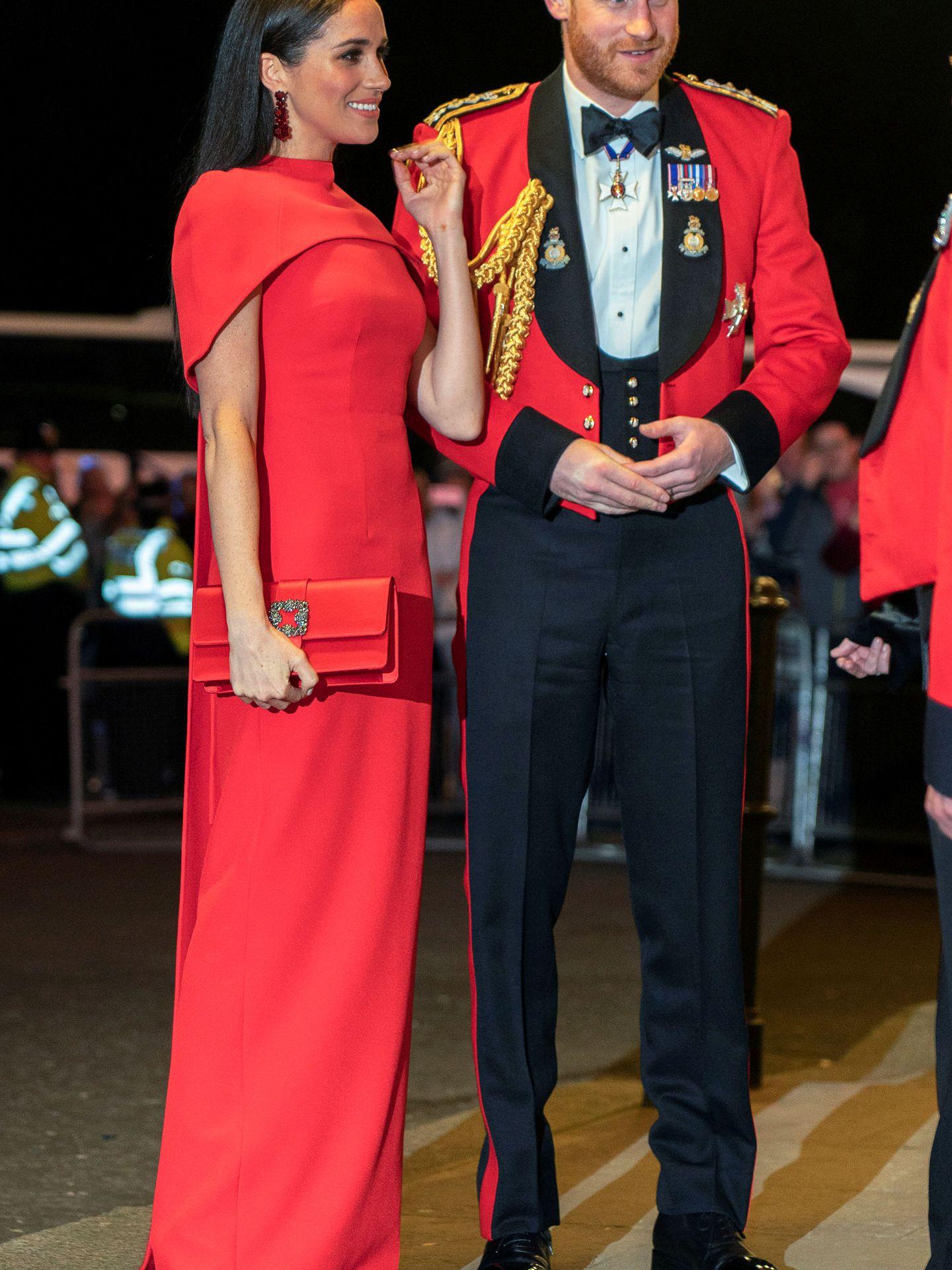 Meghan y Harry, de rojo. (Reuters)