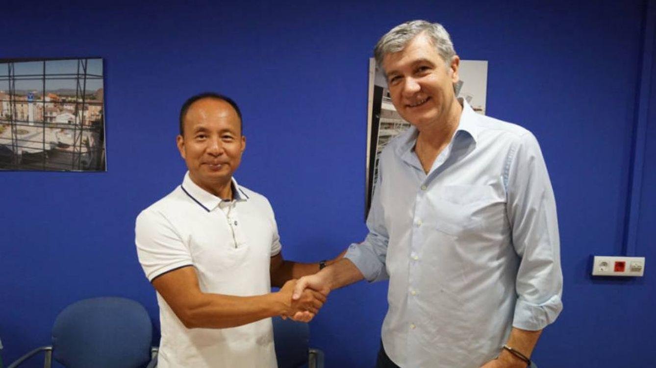 Foto: Chen Wu Keping (i), el empresario chino que ha fletado dos aviones para la Generalitat con material sanitario.
