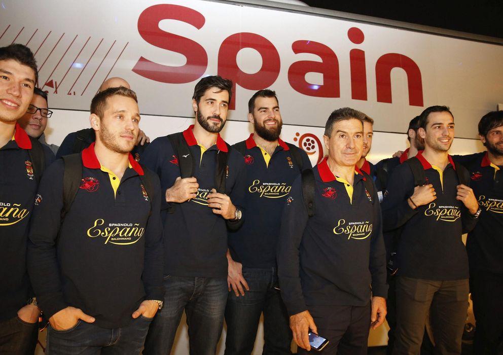 Foto: La selección española de balonmano, en su llegada a Qatar (Efe).