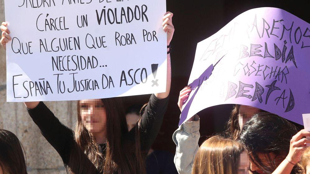 Foto: Concentración de estudiantes en Ponferrada en protesta por la sentencia de 'La Manada'. (EFE)