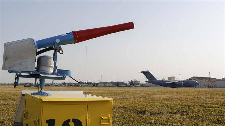 Disparar al aire con cañones o cómo evitar accidentes de avión en los aeropuertos