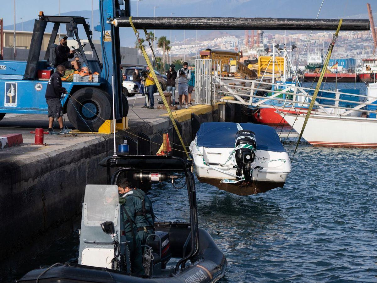 Foto: Agentes de la Guardia Civil remolcan la embarcación del padre de Anna y Olivia, Tomás G. (EFE)