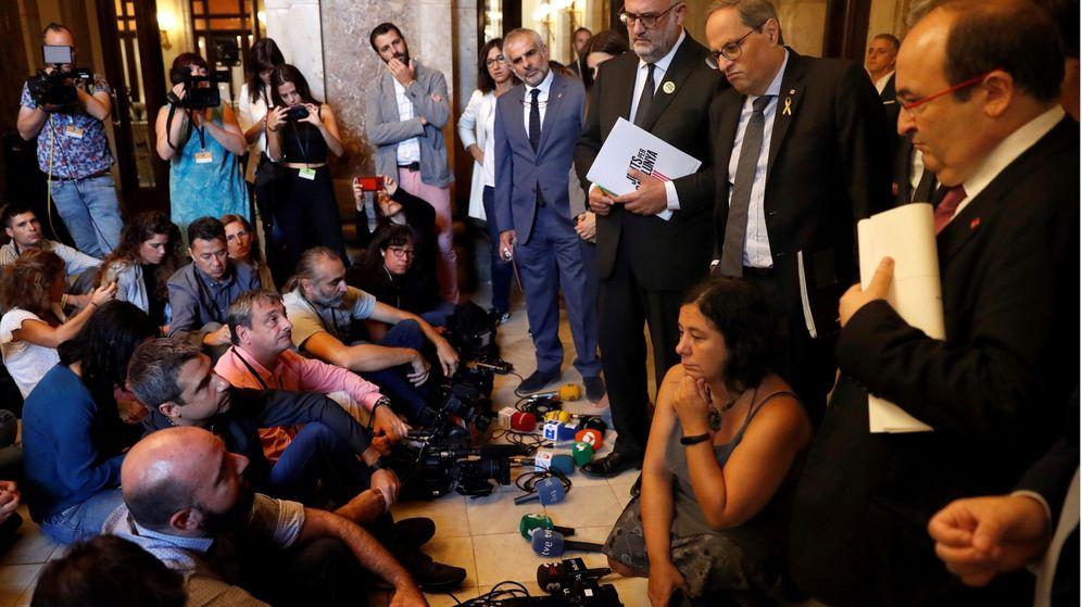 Foto: Torra e Iceta, junto al grupo de periodistas que protagonizan la protesta en el Parlament. (EFE)