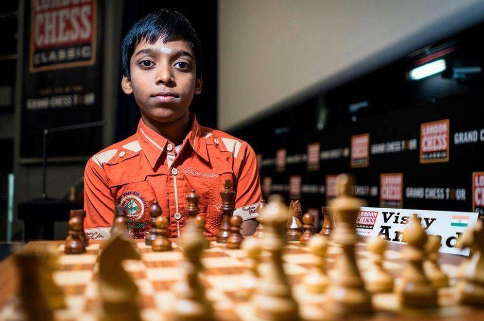 Foto: Rameshbabu Praggnanandhaa va para figura grande del ajedrez. (FOTO: www.facebook.com/Tenerife2018/)