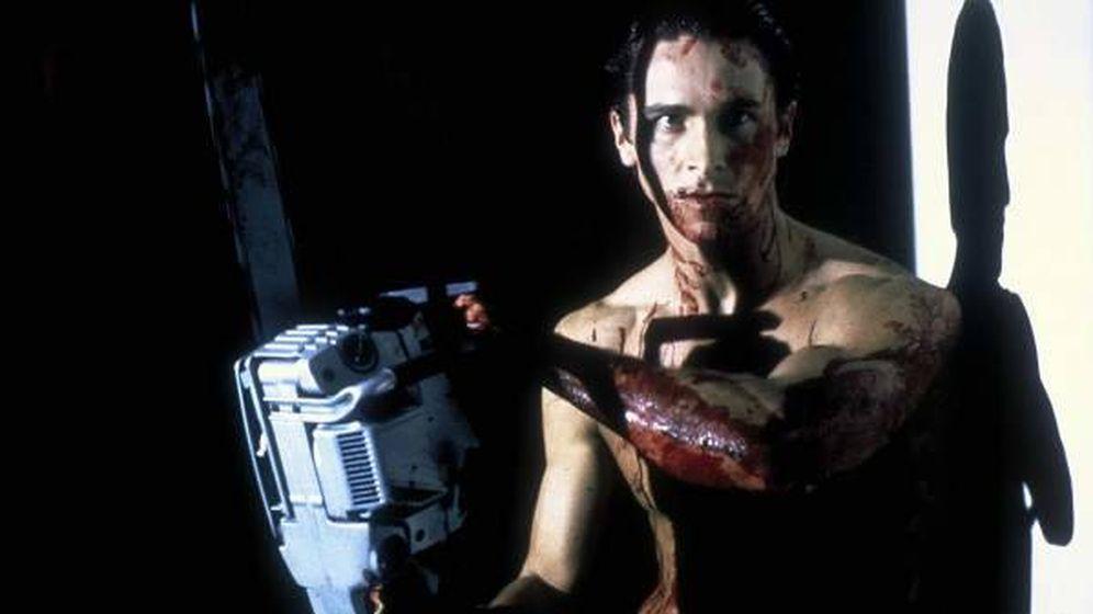 Foto: Christian Bale sujeta una motosierra en un fotograma de la película 'American Psycho'.
