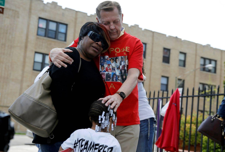 Foto: El reverendo Michael Pfleger consuela a Lutrice Boyd durante una rueda de prensa de un grupo formado por madres que perdieron a sus hijos en tiroteos, en Chicago, Illinois (Reuters).