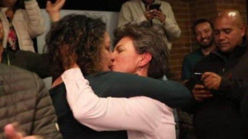 Foto: Claudia López y Ángela Lozano se besan, en un vídeo que sus seguidores han colgado en YouTube.