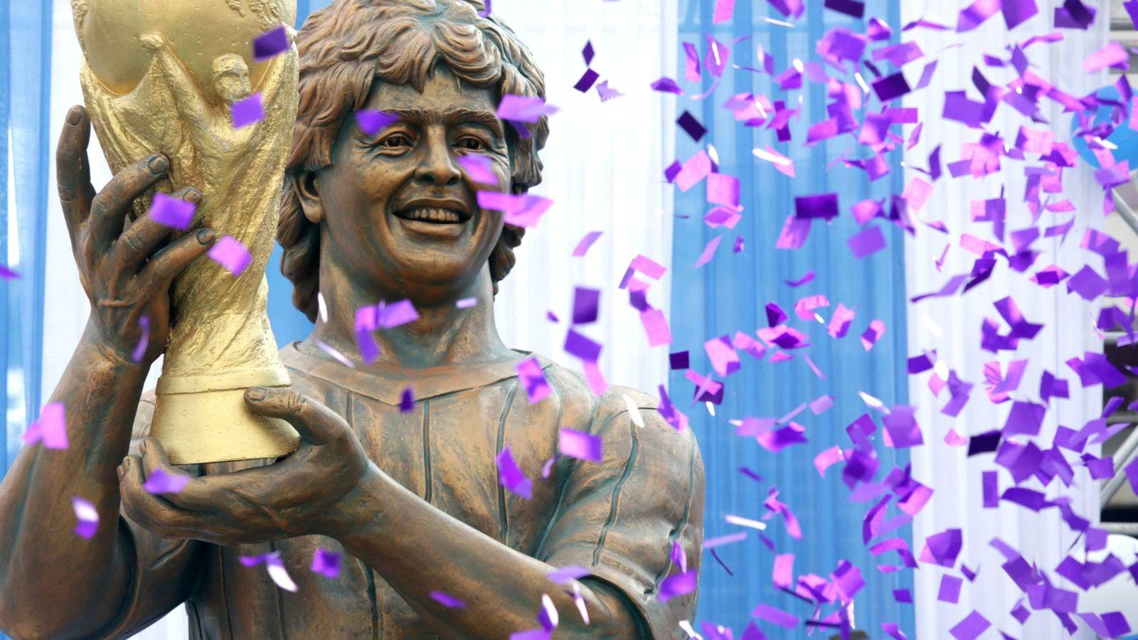 Foto: Imagen de la escultura de Maradona en la India. (EFE)