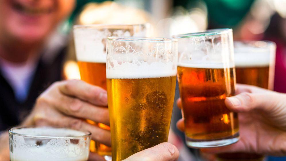 Foto: Varios amigos se juntan para tomar cerveza. (iStock)