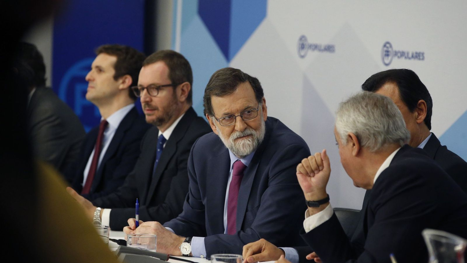 Foto: Mariano Rajoy escucha a Javier Arenas, ante Pablo Casado, Javier Maroto y Fernando Martínez-Maíllo, en la junta directiva nacional del PP. (EFE)