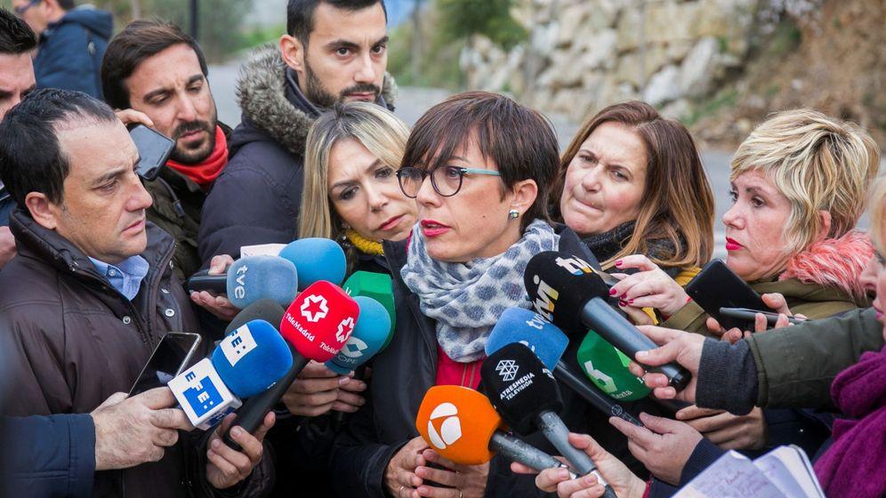 Foto: María Gámez, subdelegada del Gobierno en Málaga, atiende a los periodistas el pasado 15 de enero en Totalán. (EFE)