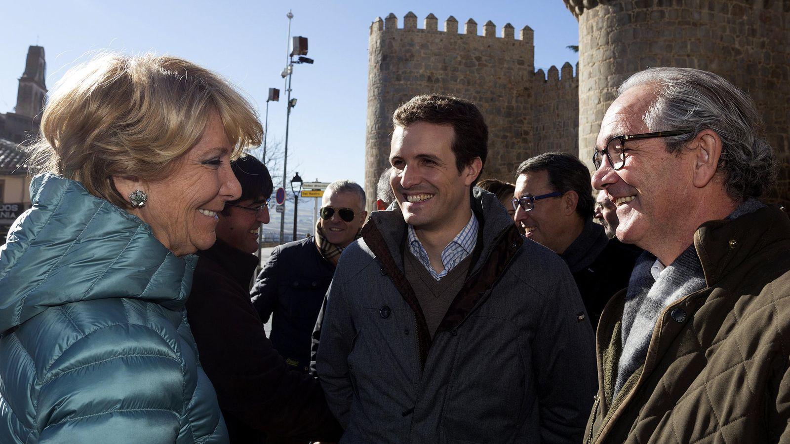 Foto: Sebastián González (a la derecha) con Pablo Casado y Esperanza Aguirre. (EFE)