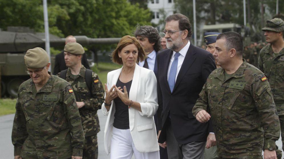 Foto: Rajoy y Cospedal visitando base militar de Adazi, en Letonia. (EFE)
