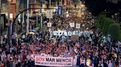 Una marcha masiva mete el Mar Menor en campaña y aleja el vuelco del PP en Murcia