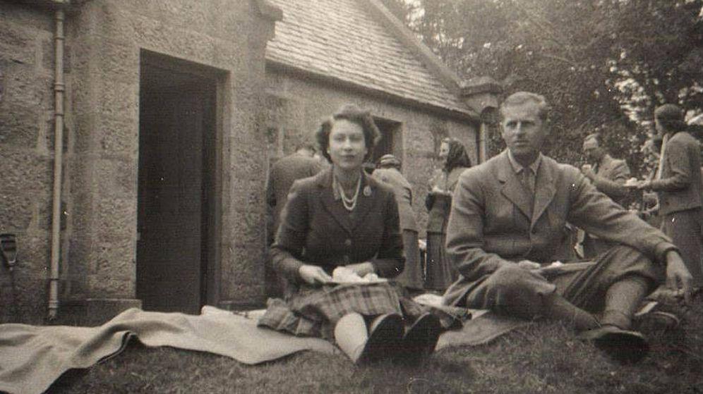 Foto: Isabel II y el duque de Edimburgo en un picnic en Balmoral. (Cortesía de Rowley's)