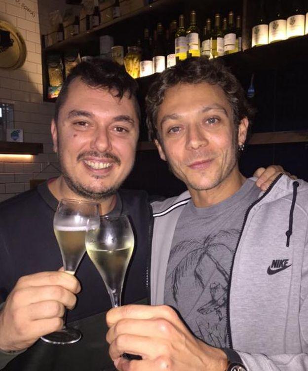 Foto: Valentino Rossi junto a su amigo Uccio (Twitter)