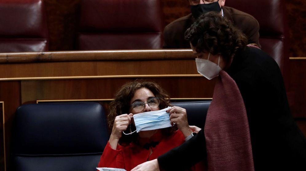 Foto: La ministra de Hacienda, María Jesús Montero, se coloca su mascarilla. (EFE)