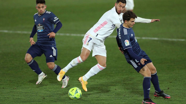 Hazard choca con Denis Suárez en el partido contra el Celta. (Efe)