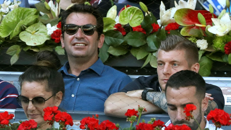 Arturo Valls, junto al jugador del Madrid Toni Kroos, en el Open de la Caja Mágica. (EFE)