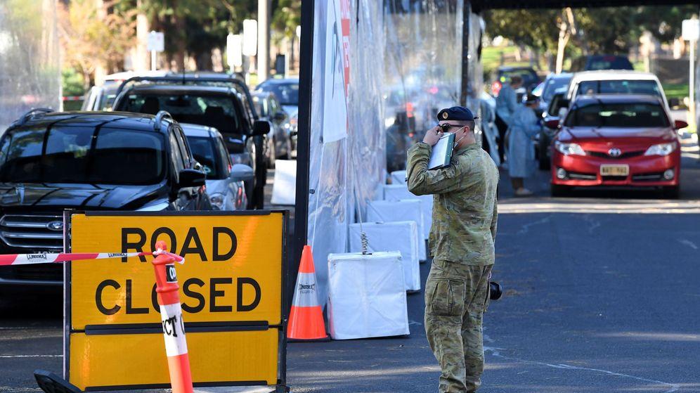 Foto: Un militar controla la zona de realización de test en Victoria, Australia. (EFE)