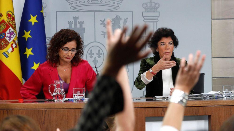 Foto: La ministra de Hacienda, María Jesús Montero, junto a la ministra portavoz, Isabel Celaá. (EFE)