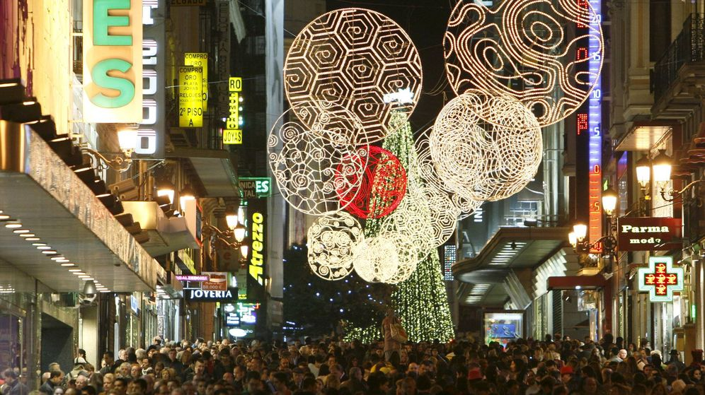 Foto: Numerosas personas transitan la céntrica y comercial calle Preciados de Madrid en Navidad. (EFE)