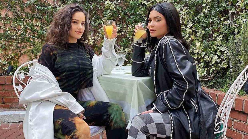 Foto: Rosalía y Kylie Jenner. (IG)
