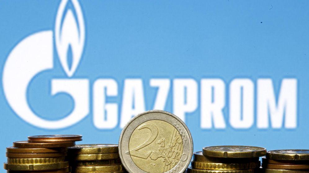 Foto: Imagen de la empresa Gazprom junto a varias monedas de euro (Reuters)
