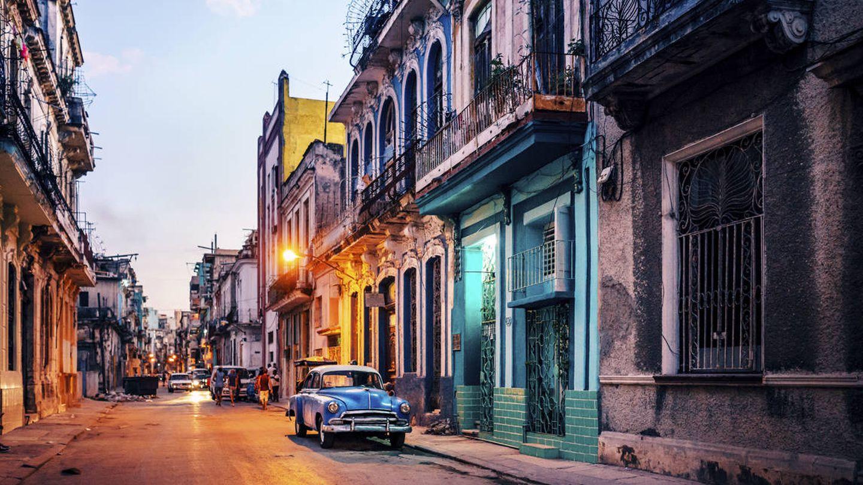 Una postal típica de Cuba, con sus vibrantes colores y sus coches antiguos (iStock)