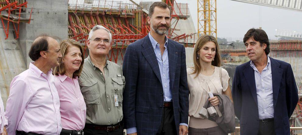 Foto: Los Príncipes de Asturias, el secretario de Estado de Cooperación (i), el administrador de la ACP, Ricardo Quijano (3i), y el presidente de Sacyr. (EFE)