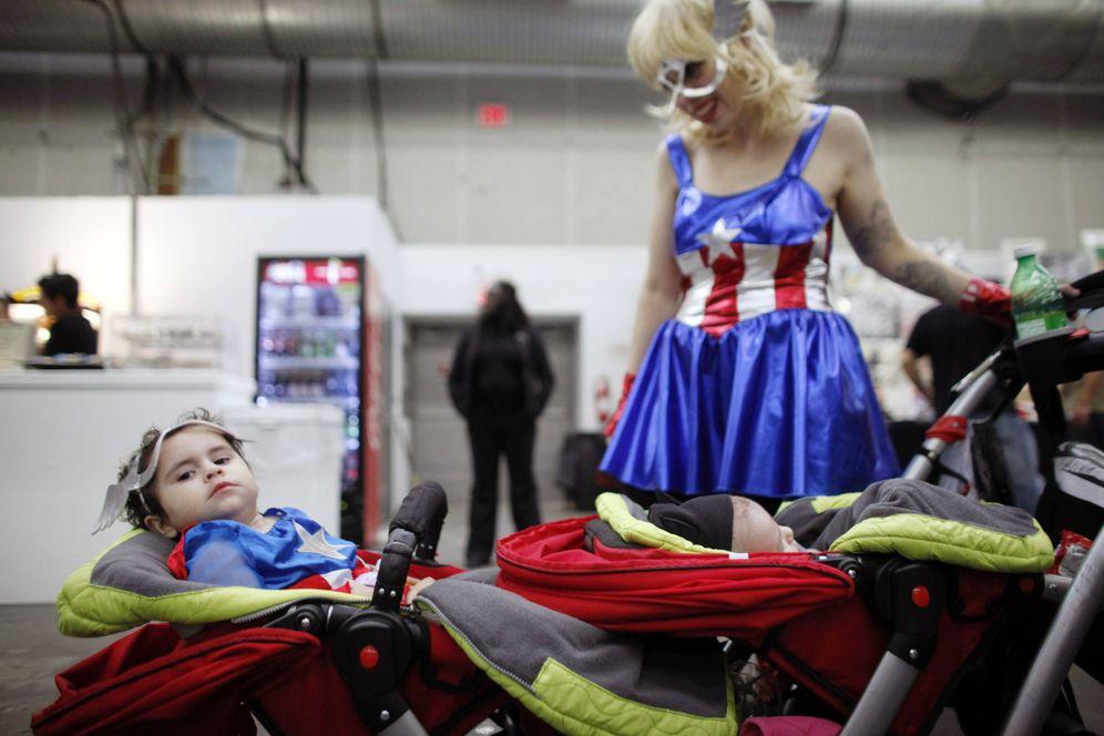 Foto: Una madre disfrazada con su bebé en el Big Apple Comic Con, en Nueva York. (Reuters)
