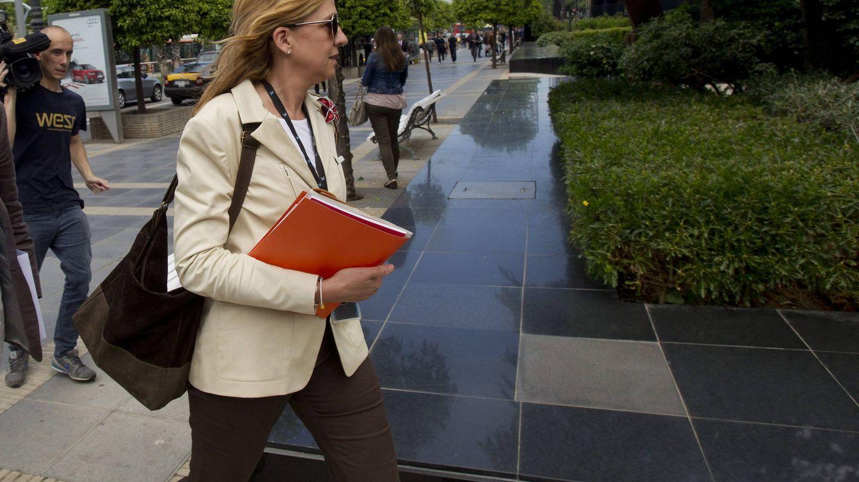 La infanta Cristina entra en la sede de La Caixa en Barcelona. (EFE)