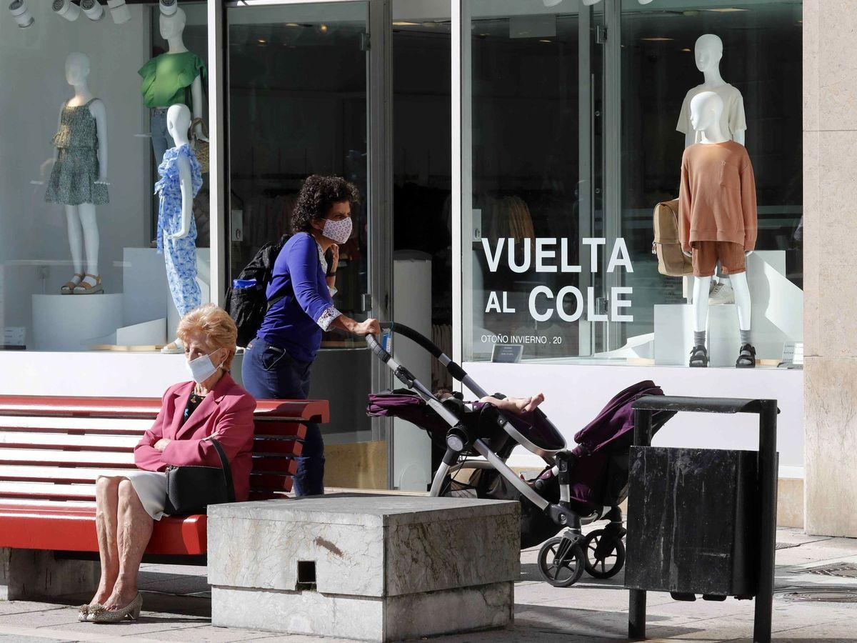 Foto: Una mujer camina frente a un escaparate. (EFE)