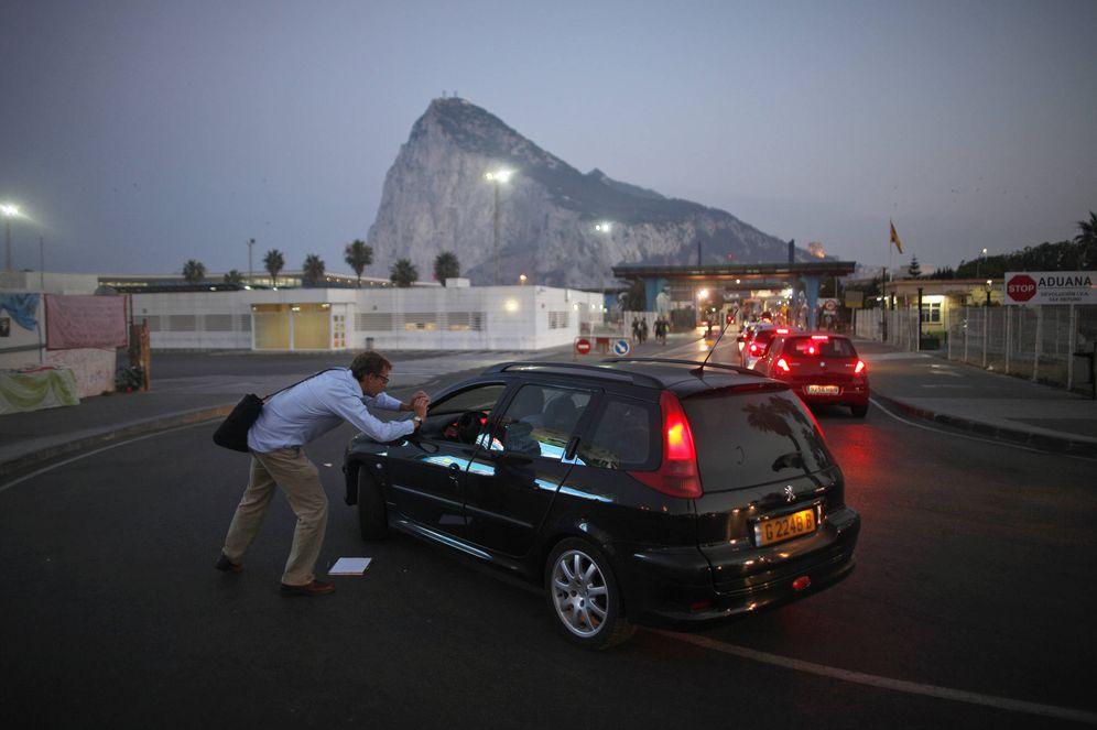 Foto: Conductores hacen una fila para entrar en el territorio británico de Gibraltar. (Reuters)